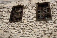 Gammalt fönster på en betongvägg Utanför hus fotografering för bildbyråer