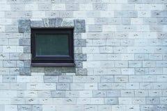 Gammalt fönster på en dekorativ tegelstenvägg arkivfoton