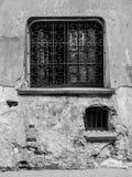 Gammalt fönster på en förfalla vägg i Warszawa Arkivfoton