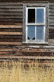 Gammalt fönster på en wood ladugård i North Dakota bygd royaltyfri fotografi