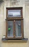 Gammalt fönster på ett hus i Sremski Karlovci 1 Arkivfoto