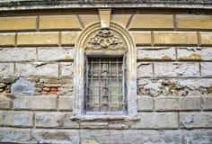 Gammalt fönster på ett hus i Sremski Karlovci 2 Arkivfoto