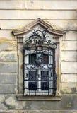 Gammalt fönster på ett hus i Sremski Karlovci Arkivfoton