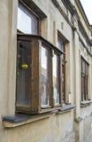 Gammalt fönster på ett hus i Sremski Karlovci Kibic fenster Arkivfoton