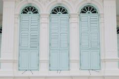 Gammalt fönster på färgväggen Fotografering för Bildbyråer