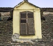 Gammalt fönster på taket Royaltyfri Bild