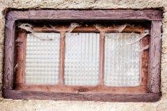 Gammalt fönster som täckas med damm Royaltyfri Bild