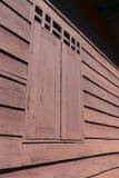 Gammalt fönsterblockhus Arkivfoton