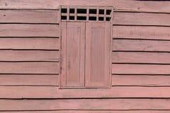 Gammalt fönsterblockhus Arkivfoto