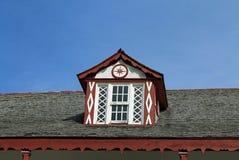 Gammalt fönsterramfönster på släkt- hus Royaltyfria Foton