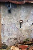 Gammalt fördärva murbrukväggen med Rusty Light Switch Arkivbilder
