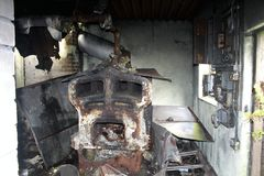 Gammalt fördärvar av en skola som brände royaltyfri bild