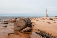 Gammalt fördärvar av fyren på kusten av det baltiska havet Arkivfoto