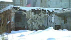 Gammalt fördärvar i bakgrunden av staden, gatagrafitti arkivfilmer