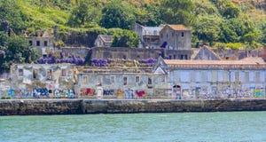 Gammalt fördärvar med grafitti i Lissabon - LISSABON - PORTUGAL - JUNI 17, 2017 Fotografering för Bildbyråer