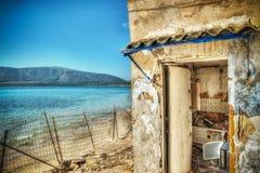 Gammalt fördärvar vid havet i den Mugoni stranden i hdr royaltyfri foto