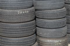 Gammalt förråd för bilgummihjul Royaltyfria Foton