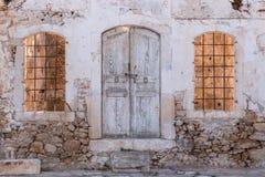 Gammalt förstört hus i byn fotografering för bildbyråer