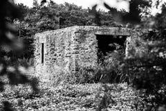 Gammalt förstört krighus i det italienska inlandet som är svartvitt Royaltyfri Foto