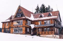 Gammalt förstört trähotell i de Carpathian bergen Resa i Eastern Europe Royaltyfri Foto