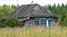 Gammalt fallfärdigt landshus arkivbild