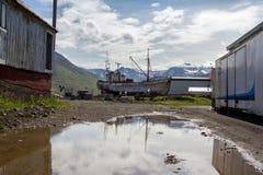 Gammalt fartyg ashore i Siglufjordur Royaltyfria Foton