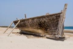 Gammalt fartyg från det wood anseendet på sand arkivfoton