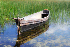 Gammalt fartyg i vatten Royaltyfria Foton