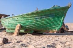 Gammalt fartyg på den sandiga kusten Royaltyfri Bild