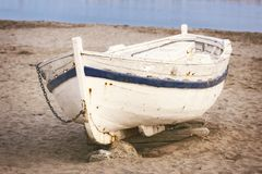 Gammalt fartyg på sanden royaltyfria bilder