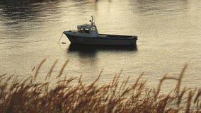 Gammalt fartyg som ankras i port på floden i sommaren i afton arkivfilmer