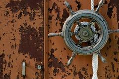 Gammalt fartyghjul royaltyfria foton