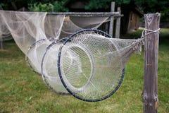 Gammalt fiska kugghjul på kusten, fisknät arkivfoto
