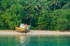 Gammalt fiskarefartyg på det tropiska Palmet Beach, Thailand Arkivfoto