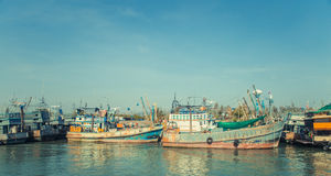 Gammalt fiske för haveriskepphamn och strandat loppfartyg thailand royaltyfria bilder