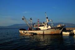Gammalt fiskeveselAdriatiskt hav Royaltyfria Bilder