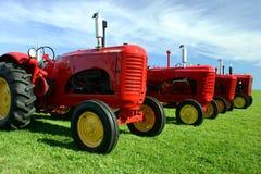 gammalt flera traktorer fotografering för bildbyråer