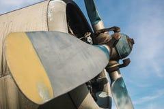 Gammalt flygplan på fältet Royaltyfria Foton