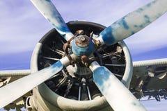 Gammalt flygplan på fältet Arkivfoton