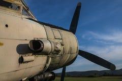 Gammalt flygplan på fältet Royaltyfria Bilder