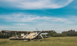 Gammalt flygplan på fältet Arkivbilder