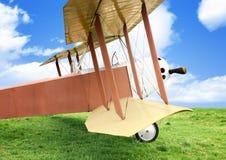 Gammalt flygplan på grönt gräs Arkivfoton