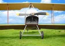 Gammalt flygplan på grönt gräs Royaltyfria Foton