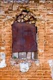 Gammalt forntida fönster med grungetegelstenväggen Royaltyfria Foton