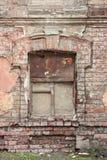 Gammalt forntida fönster med grungetegelstenväggen Fotografering för Bildbyråer