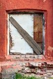 Gammalt forntida fönster med grungetegelstenväggen Arkivbild