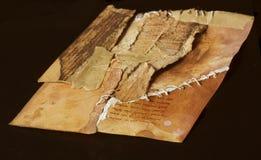 Gammalt forntida pappers- sönderrivet i stycken som tillbaka tillsammans kommas med igen, sy Royaltyfri Fotografi