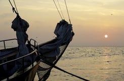 Gammalt forntida skepp på det fridsamma havet på solnedgången romantisk sikt Arkivbild