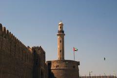Gammalt fort och torn av en närliggande moské. Dubai Arkivfoto