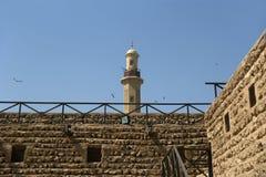 Gammalt fort och torn av en närliggande moské. Dubai Royaltyfria Bilder